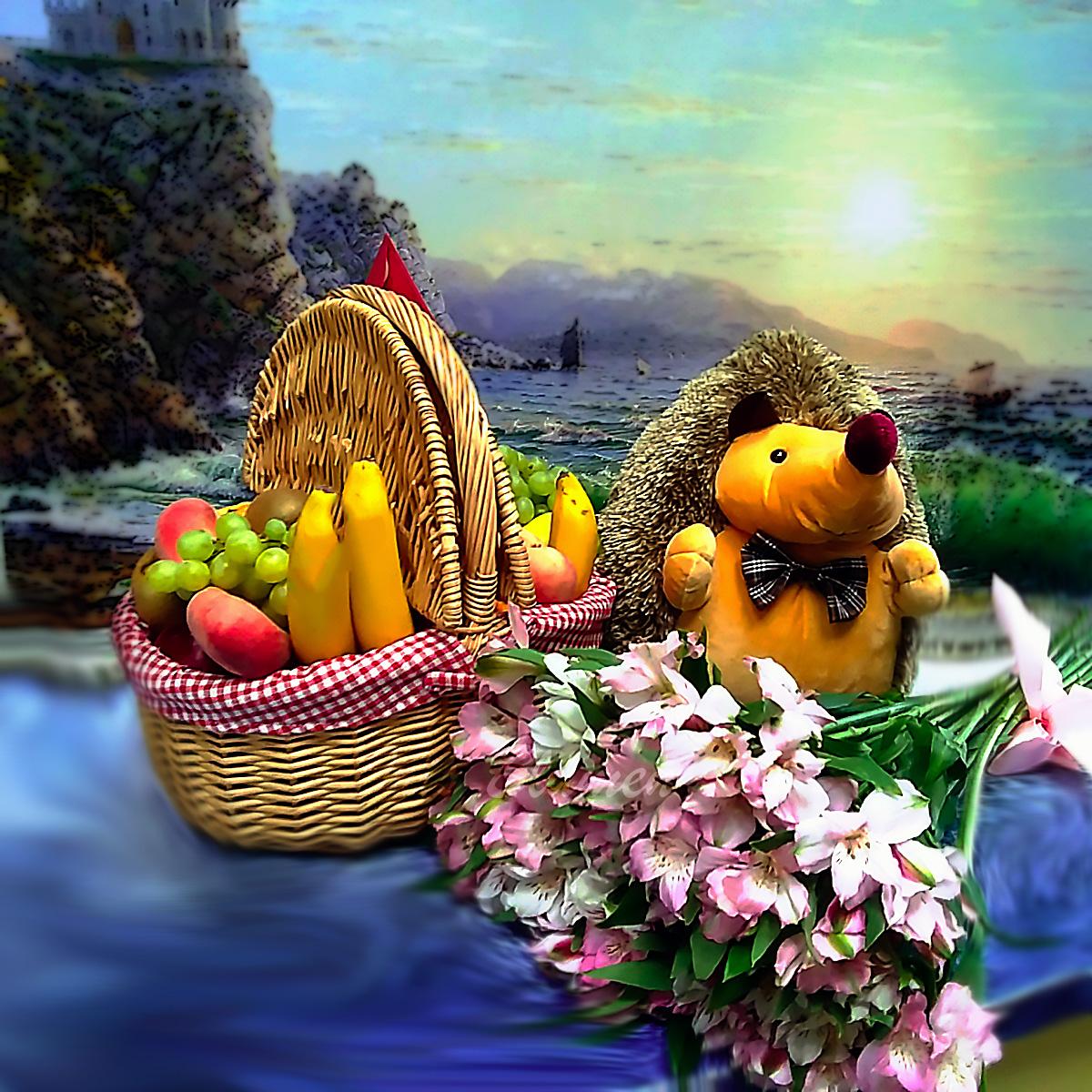 Корзины с фруктами и игрушка в подарок
